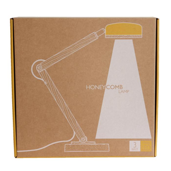 蜂巢燈尺寸、適用於各個場域的桌燈。結合127個小蜂巢造型散熱孔與手作水泥底座的搭配秉持冒險獨立精神及嶄新異材質結合的想法,以手工製作獨特品味兼具實用性的產品。 採用CreeR3W LED COB光源完整露出的設計開啟大範圍的光照空間,向下垂落,自然簡約。