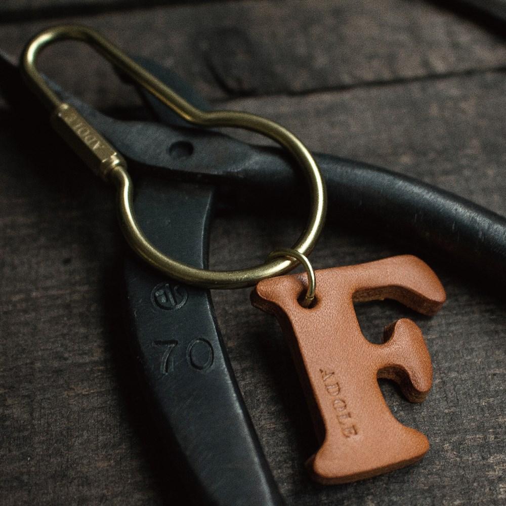 ADOLE 真皮字母鑰匙 / 圓壺型 (字母任選)