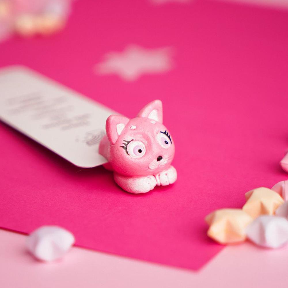 烏克蘭myBookmark 探頭的粉紅小貓