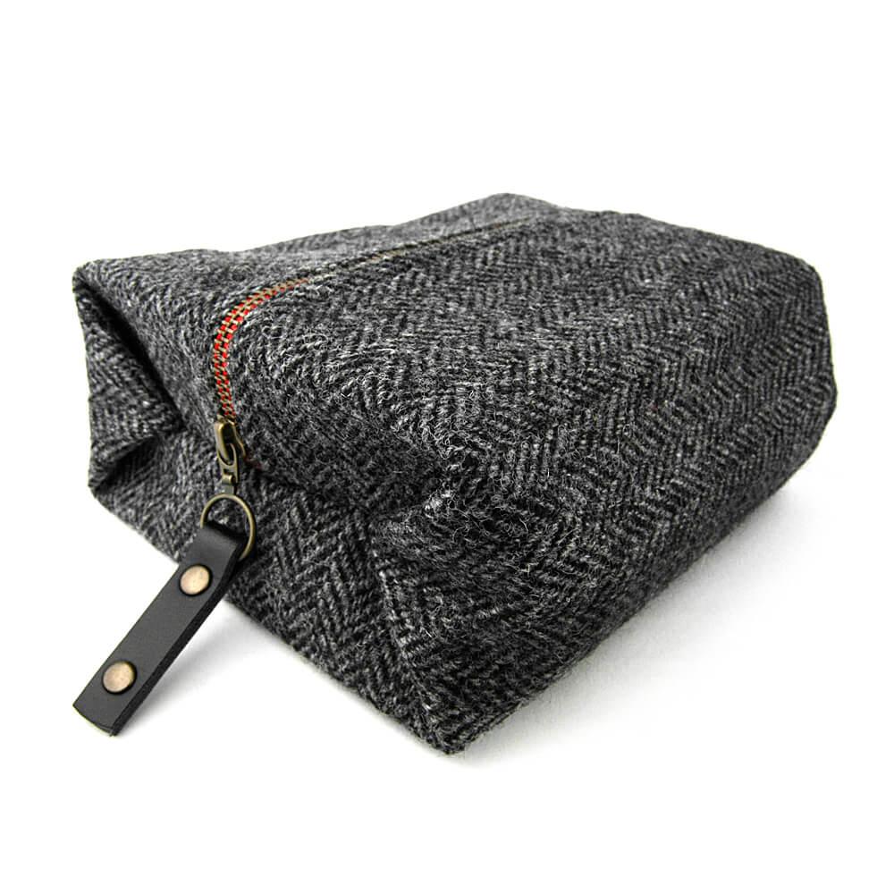 蘇格蘭 Harris Tweed|經典格紋毛料盥洗包 (炭灰經典人字紋)