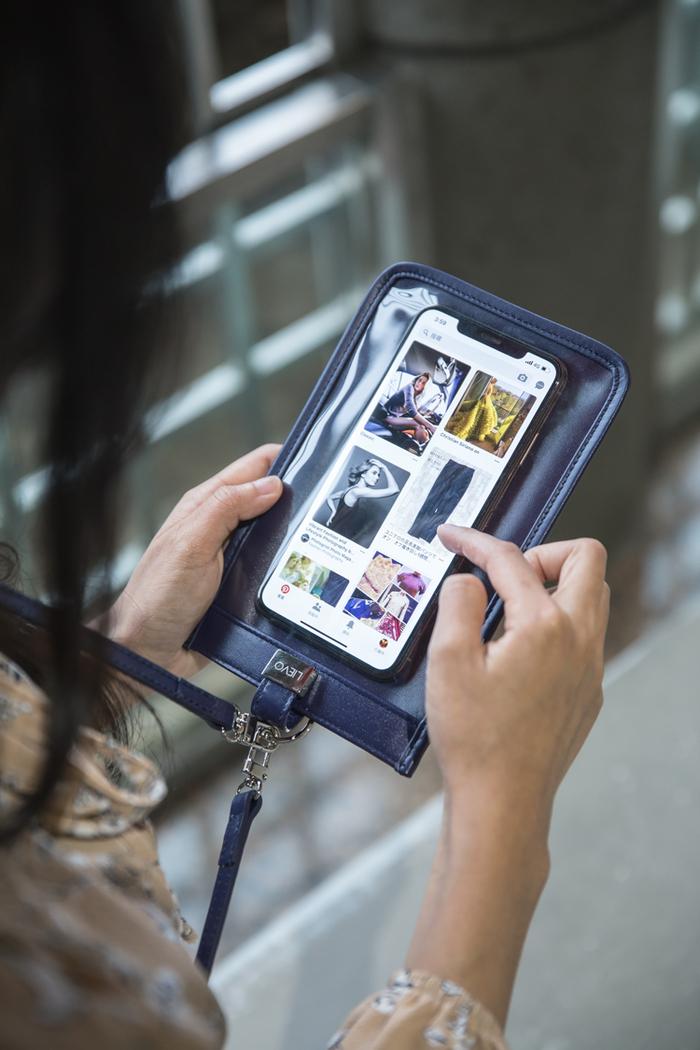 LIEVO|真皮斜背手機護照包7 吋適用-TOUCH(桃紅)