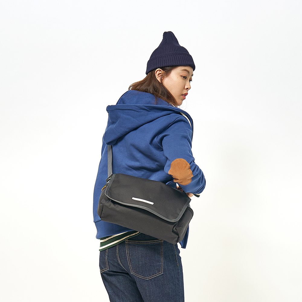 RAWROW|廣場系列-肩/側背郵差包(中,32x17cm)-墨黑-RMS610BK