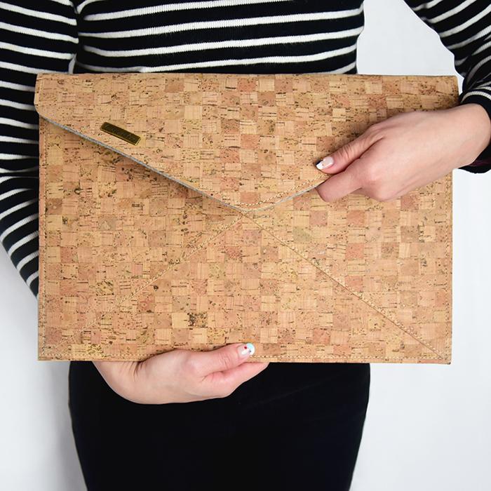 C′est Si Bon|手感軟木手拿包 筆電/平板/文件收納包-經典格紋II
