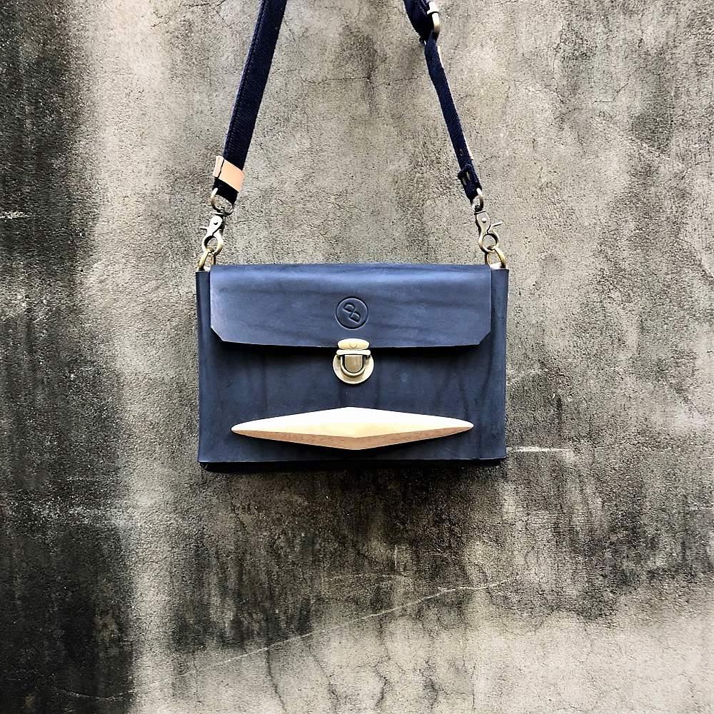 DUAL|簡約牛皮木把斜背包 (側背包) - 紳士藍