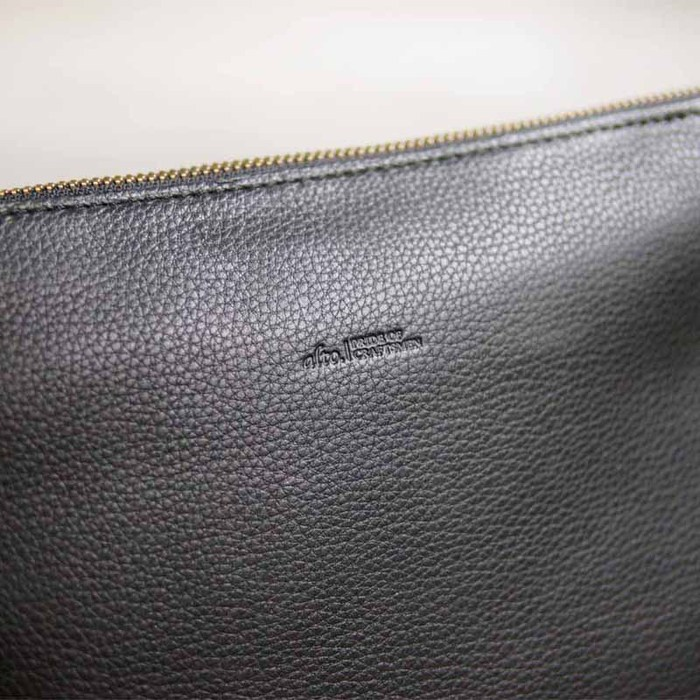 LESS DESIGN|日系個性經典款,率性側背手拿牛皮兩用包
