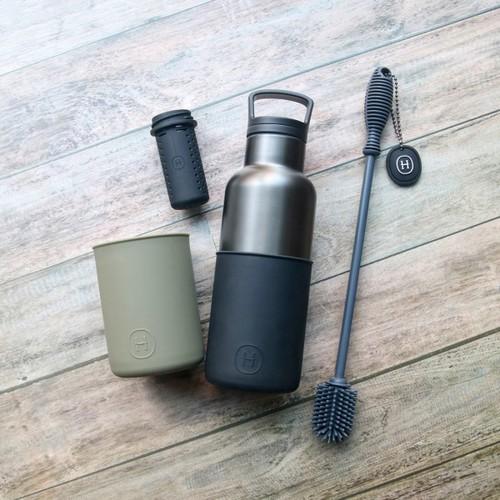 美國HYDY|鈦灰瓶 480ml 四合一組合(鈦灰瓶-油墨黑、軍綠矽膠套、黑色泡茶器、鐵灰刷具)