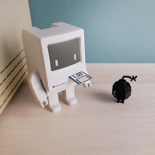 【兩入組】Playsometoys   經典電腦機器人與垃圾桶&小伙伴公仔組