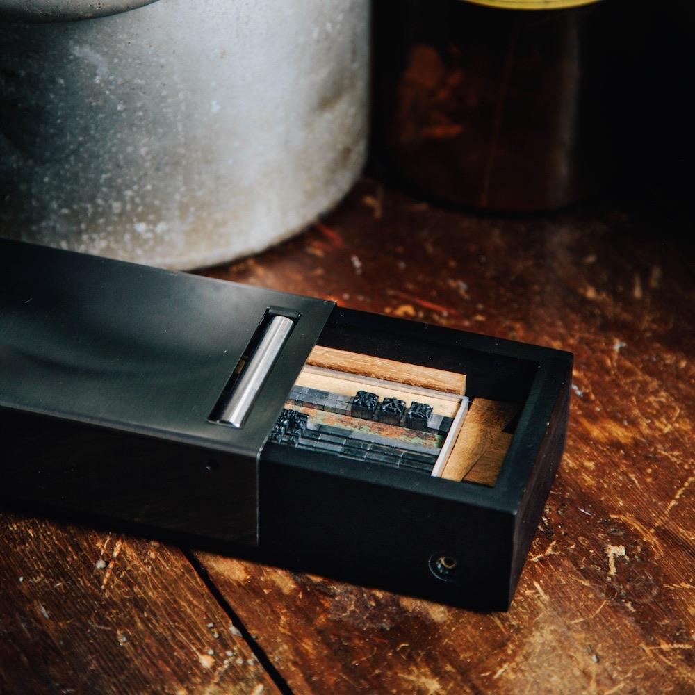 一間印刷行|一張名片:隨身活版印刷機 (松木經典款-黑色)