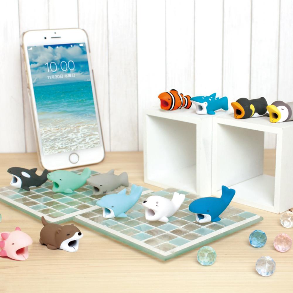 Dreams|放假海生館-iphone專用咬線器-滑冰懶企鵝