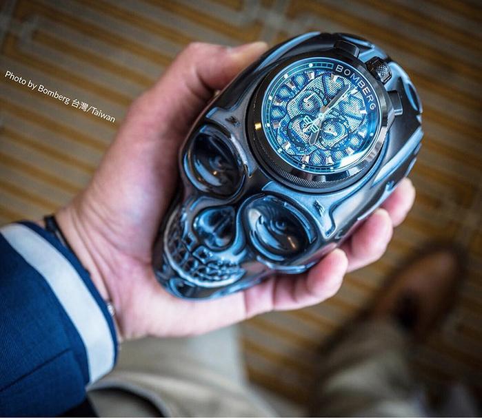 (複製)BOMBERG | BOLT-68 銀色骷髏桌鐘座