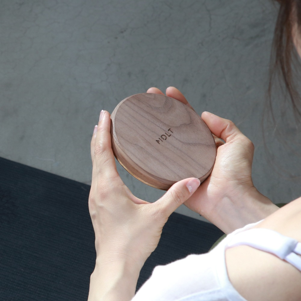 MOLT|Aira 胡桃實木黃銅散熱15W無線充電器(台灣製造,內附USB-C編織線+QC3.0變壓器)